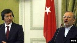 Түркиянын тышкы иштер министри Ахмед Давутоглу жана Ирандын тышкы иштер министри Манучер Моттаки.