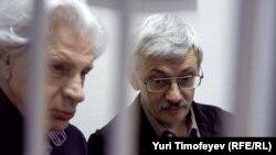 Олег Орлов (справа) и Генри Резник в зале суда