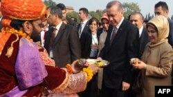 Премьер-министр Турции Реджеп Эрдоган с супругой посещают один из колледжей в пакистанской провинции Лахор. 23 декабря 2013 года.