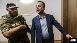Так званий «прем'єр-міністр» угруповання «ДНР» Олександр Бородай (праворуч)