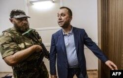 Олександр Бородай (праворуч), громадянин Росії, тодішній ватажок угруповання «ДНР», що визнане в Україні терористичним. Окупований Донецьк, 19 липня 2014 року