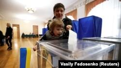 На одном из избирательных участков в Украине.