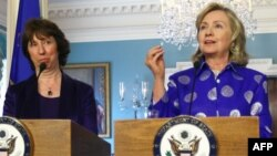 Архивска фотографија: Шефицата за надворешна политика на Европската унија Кетрин Ештон на средба со американската државна секретарка Хилари Клинтон во Вашингтон.
