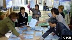 Сайлау комиссиясының мүшелері дауыс санап жатыр. Астана, 15 қаңтар 2012 жыл