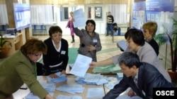 Члены избирательной комиссии работают с бюллетенями после закрытия избирательного участка во время парламентских выборов. Астана, 15 января 2012 года.