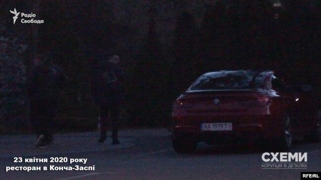 За кілька хвилин після того на паркінг заїхала BMW. І на територію ресторану зайшли троє невідомих