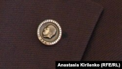 Ювелирное украшение чеченского чиновника, подчеркивающее лояльность Рамзану Кадырову