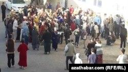 Türkmenistanyň döwlet dükanlarynyň biriniň öňünde un satyn almak üçin garaşýan adamlar. Arhiwden alnan surat