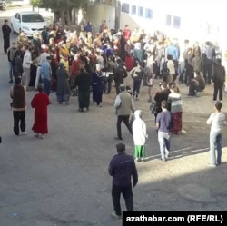 Жители восточного города Туркменабата ждут у магазина поступления муки в государственный магазин.