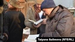 Собравшиеся читают еврейские молитвы