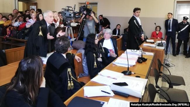 Джулаіано Пізапія (ліворуч, стоїть) на одному з попередніх засідань, березень 2019 року