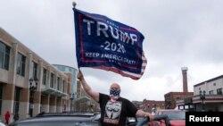 ABŞ. Öýde galmak buýrugyna garşy protest bildirýän adam.