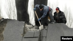 В Донецке очищают памятник Ленину, поврежденный взрывом