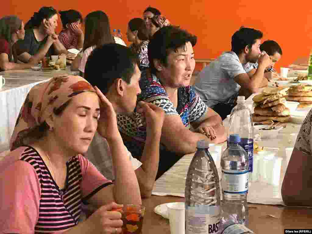 Эвакуациялық бекетте тамақ ішіп отырған Арыс тұрғындары.