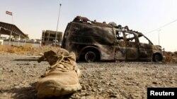 Сожженный автомобиль вдоль дороги у иракского города Мосул, захваченного боевиками. 11 июня 2014 года.
