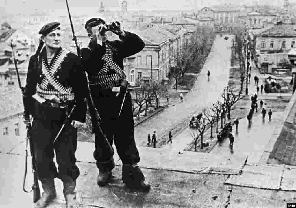 The last pockets of Axis resistance on Crimea were eliminated by May 12, 1944. (Soviet Marines occupying a position near Kerch in 1944)