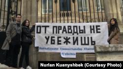 Казакстандын Франциядагы элчилигинин алдына чыккан казакстандык студенттер. Париж. 24-апрель, 2019-жыл.