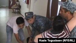 Перемещение лежачей больной заключенной Гаухар Худабаевой из кабинета врача-специалиста на носилки.