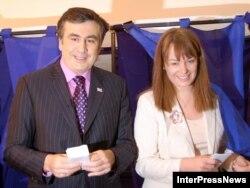 Arxiv fotosu: Mikheil Saakashvili xanımı Sandra Roelofs-la Tbilisidə seçki məntəqəsində, 21 may 2008