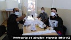 Miganti u Bujanovcu prave zaštitne maske tokom pandemije korona virusa