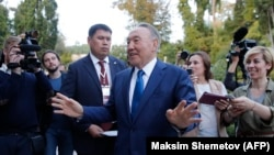 Қазақстан президенті Нұрсұлтан Назарбаев журналистерге сұхбат беріп тұр. Сочи. 12 қазан 2017 жыл