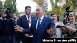 Президент Казахстана Нурсултан Назарбаев дает комментарии журналистам после встречи с российским коллегой в Сочи. 12 октября 2017 года.