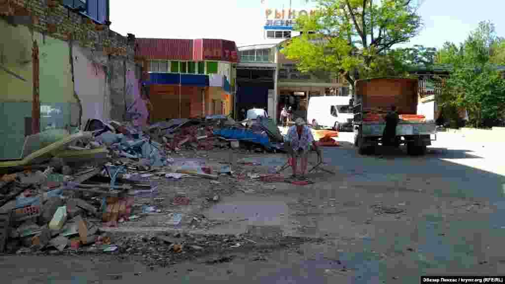 3 травня в Сімферополі почали знесення торгового центру «Куб»