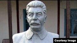 Нимпайкараи Иосиф Сталин дар деҳаи Пӯлодони шаҳри Конибодом