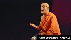 Суд над Лангманом в спектакле вершит Будда (актер Давид Дарчиа), спустившийся с небес. Алматы, 23 июня 2018 года.