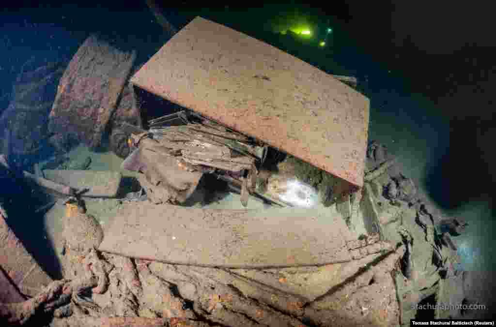 """Снимка от вътрешността на кораба """"Карлсруе"""". Очаква се през следващите дни да бъде разкрито какво съдържа корабният товар."""