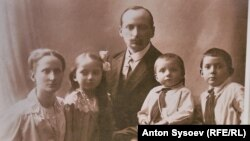 На старом фото трудармеец Корнелиус Кливер и его семья