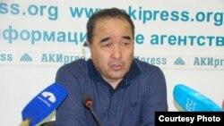 Журналист Турат Акимов (Сурат Жылкычиевдин сүрөтү)