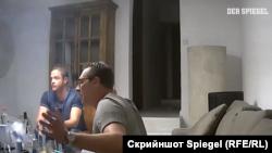Štrahe i njegov partijski kolega Johan Gudenus govore neimenovanoj ženi da može očekivati unosne građevinske ugovore ako kupi jednu austrijsku novinu i podrži Slobodarsku stranku