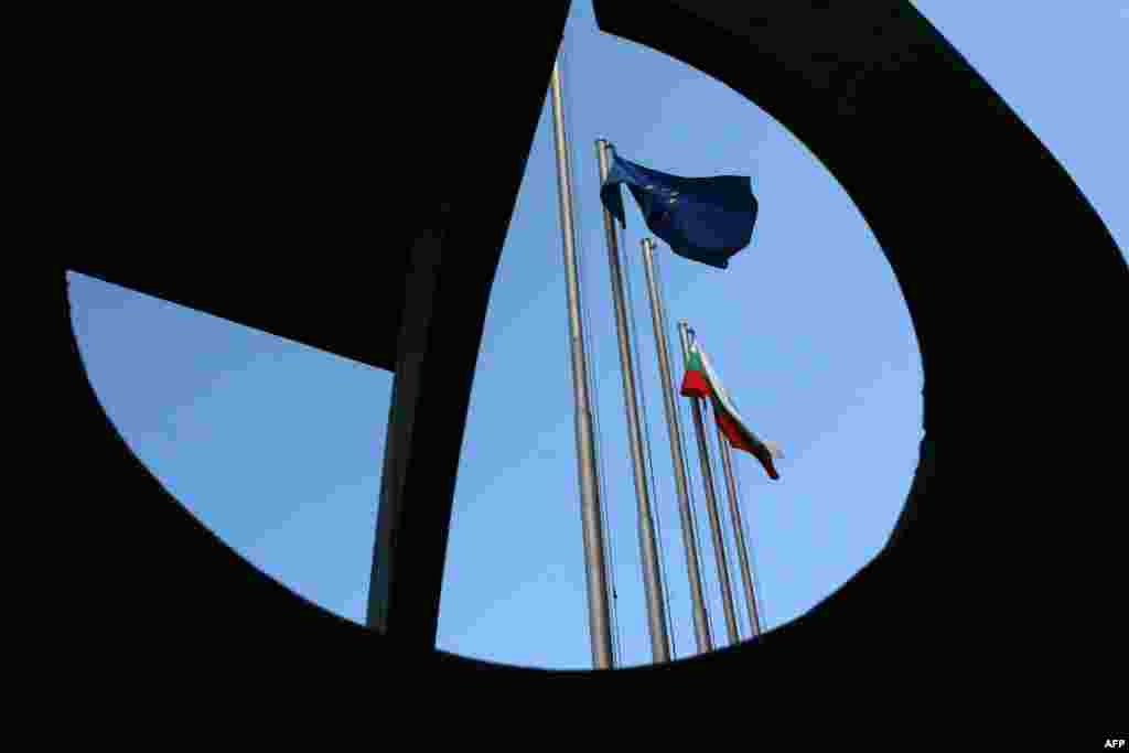 ФРАНЦИЈА / БУГАРИЈА - Европскиот суд за човекови права од Стразбур, во пресудата донесена во врска со наводите за сексуална злоупотреба на три деца во дом за деца во Бугарија пред нивното усвојување од италијанска брачна двојка во 2012 година, оцени дека Бугарија не спровела ефективна истрага, јави МИА.