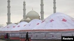 Наурыз мейрамы кезінде Әзірет Сұлтан мешітінің жанына тігілген киіз үйлер. Астана, 22 наурыз 2013 жыл. (Көрнекі сурет)