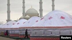 "Праздничные юрты на фоне мечети ""Хазрет Султан"" в Астане. 22 марта 2013 года."