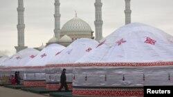 Азирети Султан мечитинин жанына тигилген боз үйлөр. Казакстан
