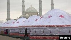 Наурыз мейрамы кезінде Әзірет Сұлтан мешіті маңында тігілген киіз үйлер. Астана, 22 наурыз 2014 жыл.