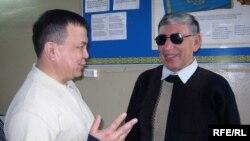 Ермек Баяшев (слева) и Дюсенгазы Нигметжанов (справа), члены клуба для незрячих. Семей, 26 марта 2010 года.