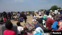 Спасающиеся от боёв жители Южного Судана прибывают к Нилу. 30 декабря 2013 года.
