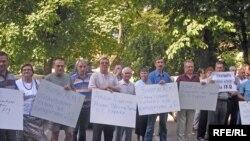 Автомобілісти Львова протестують проти знесення їхніх гаражів для розширення злітної смуги летовища до Євро-2012