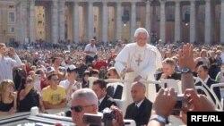 Папа 16-Бенедикт. Рим, сәуір 2008 жыл. (Көрнекі сурет)