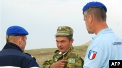 A Russian soldier (center) speaks with French members of the the EU Monitoring Mission (EUMM) near Gori in October 2008.