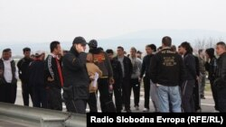 Револтирани граѓани ја блокираа Обиколницата кај Скопје во знак на протест откако петмина млади момчиња беа убиени во близина на Смилковското Езеро.
