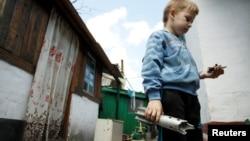 Хлопчик з уламком снаряда в селі Старомихайлівка, поблизу контрольованого бойовиками Донецька, травень 2016 року