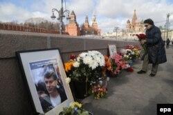 La memorialul împrovizat pe locul asasinării lui Boris Nemtsov la Moscova