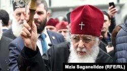 На площади перед парламентом состоялась панихида, которую провел Патриарх всея Грузии Илия Второй