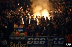 """""""Динамо Загреб"""" клубының жанкүйерлері (Bad Blue Boys - BBB) өз командаларының Тоттенхэм клубымен кездесуінде. Лондон, 6 қараша 2008 жыл."""