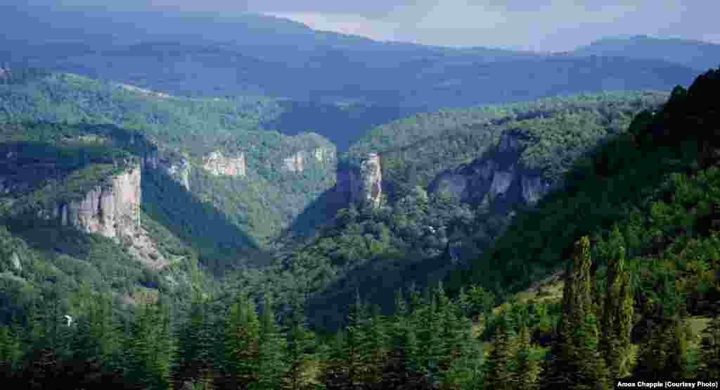 Overview of the pillar in its mountainous surroundings.