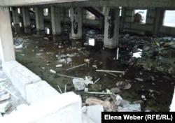 Затопленный подвал аварийного дома №4 в микрорайоне «Бесоба». На фото видны разрушающиеся несущие колонны дома. Караганда, 24 июля 2012 года.